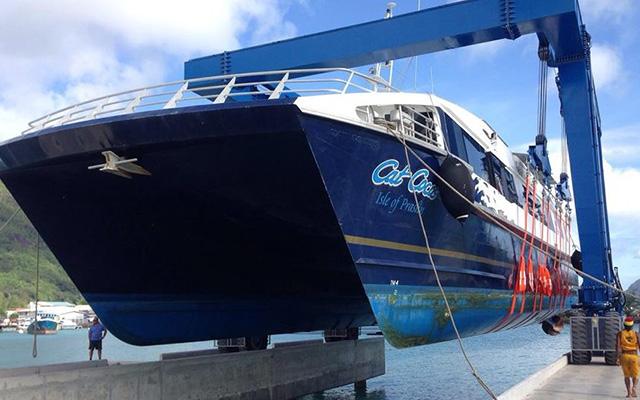 boat-travel-lift-seychelles-01-e1441964922441